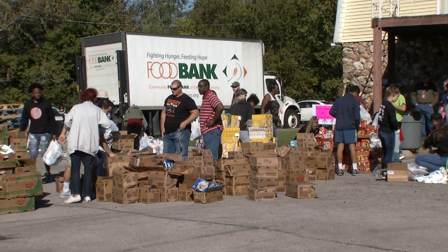 Sperry Students Team Up With Tulsa Co. Deputies To Feed The Hungry
