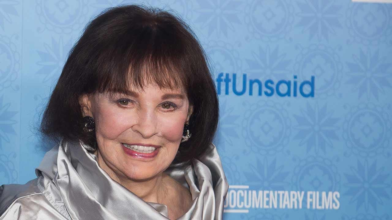 Gloria Vanderbilt, Heiress, Fashion Icon, Has Died At Age 95