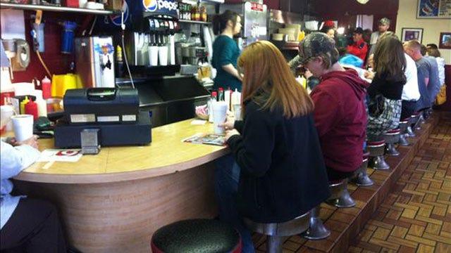 Kelly, Amanda Meet Chickasha Viewers At J&W Café