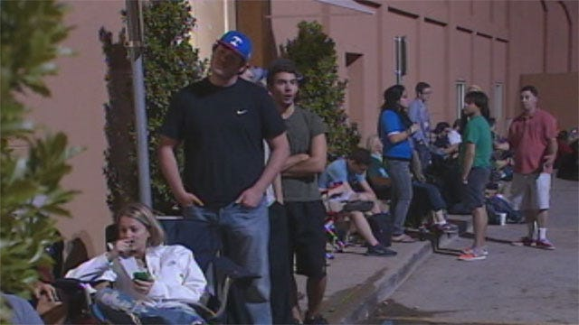 People Line Up For iPhone 5 Across Oklahoma City